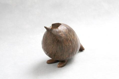 Sculpture terre cuite animalier - La poule curieuse – H15 x L25 cm